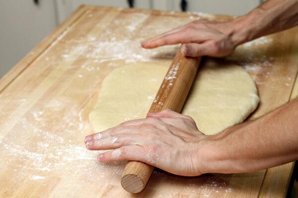 Vỏ bánh cán dẹt và cho viên nhân vào giữa