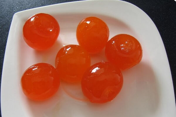Trứng gà muối tách lấy lòng đỏ