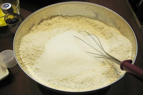 Bạn đổ bột mì trộn với nước đường, dầu ăn, nước tro tàu vào với nhau