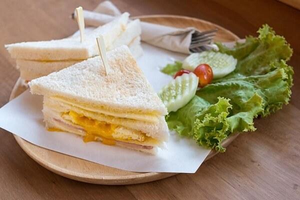 Sandwich trứng cũng được thêm vào thực đơn tiệc sinh nhật