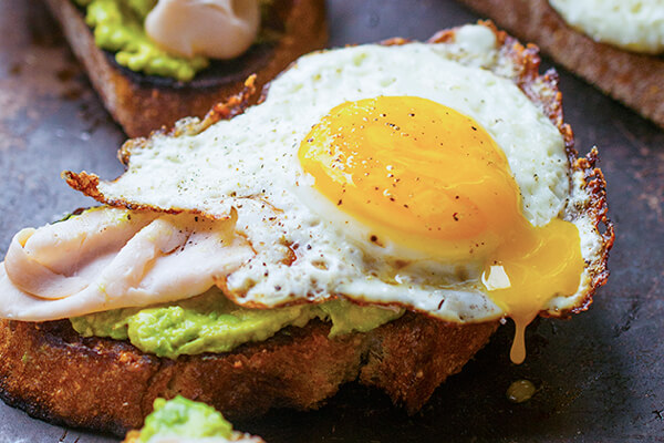 Bánh mì trứng với trái bơ