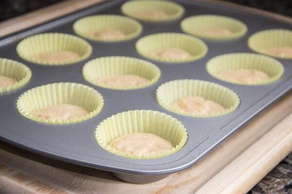 Cho hỗn hợp này vào khuôn bánh cupcake