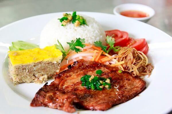 Món ăn thường gồm cơm tấm, sườn nướng, bì, trứng hấp
