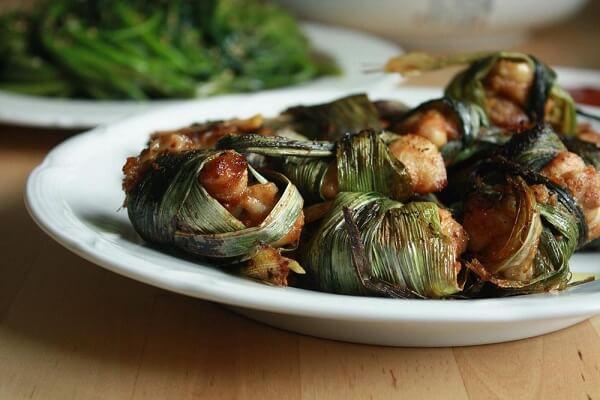 Gà cuộn lá nếp nướng kiểu Thái