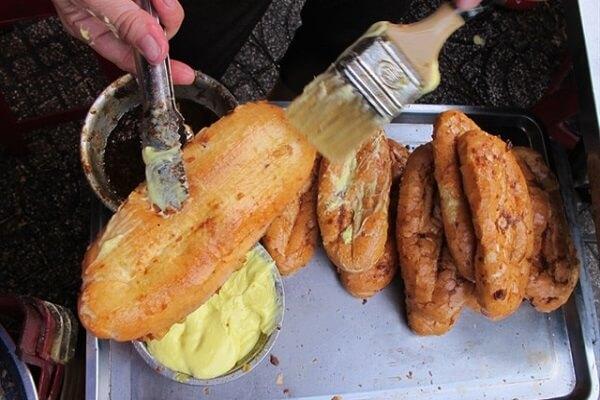Dùng cọ quét một lượt lên trên vỏ bánh mì