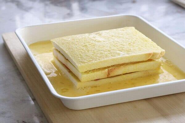 Nhúng từng lát bánh mì vào trong hỗn hợp trứng