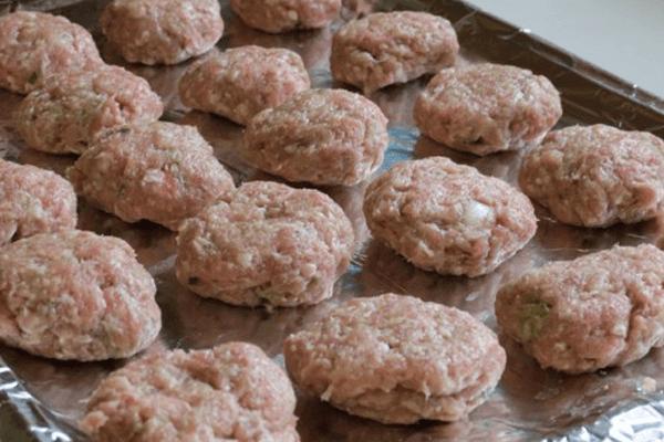 Thịt được nướng trên bếp than