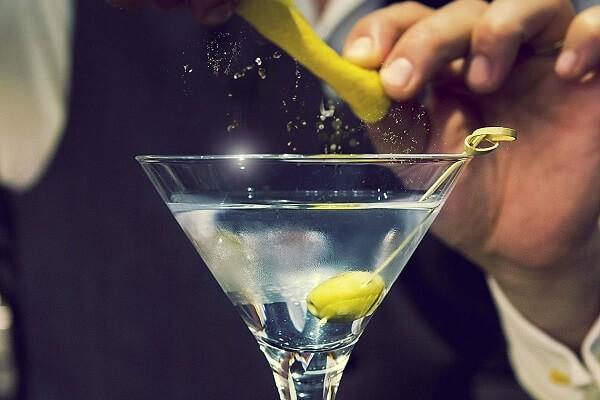 Sử dụng chiếc ly Martini để chứa cocktail chanh
