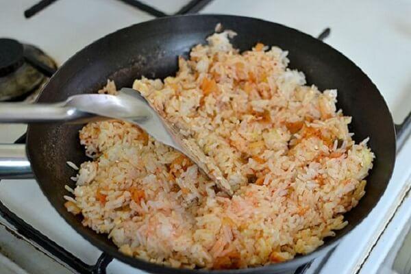 Thêm ít muối ăn, bột ngọt (hạt nêm ) và tí đường cát vào đảo đều tay