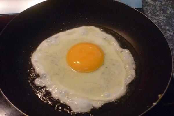 Bạn ốp trứng sao cho lòng đỏ trứng vẫn giữ nguyên