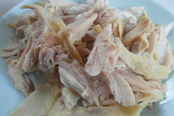 Lọc bỏ đi xương gà rồi xé thịt gà thành từng miếng nhỏ.