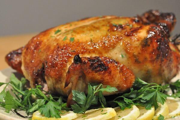 Cho gà vào móc nướng rồi nhấc vào lu nướng 25 tới 30 phút