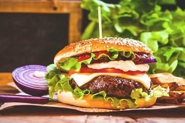 Hamburger ngon nhân thịt bò là lựa chọn tốt nhất cho bữa sáng ngon miệng