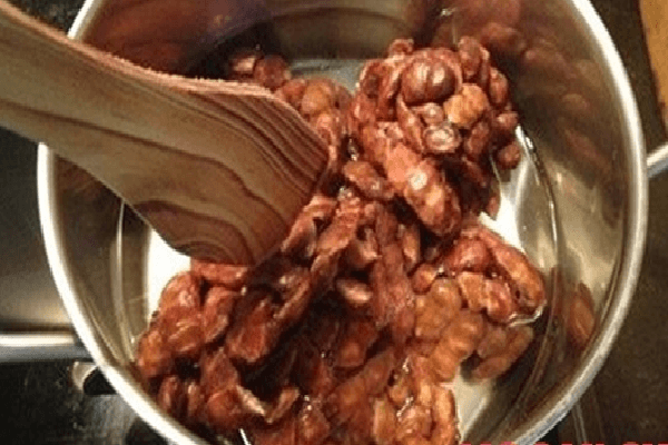 Sơ chế nguyên liệu chính me cho cách làm me muối ớt