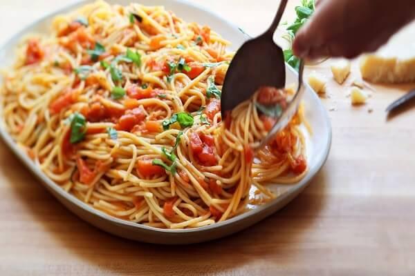 Có thể cho vào trong đĩa mì thêm tương ớt và ketchup tùy theo khẩu vị.