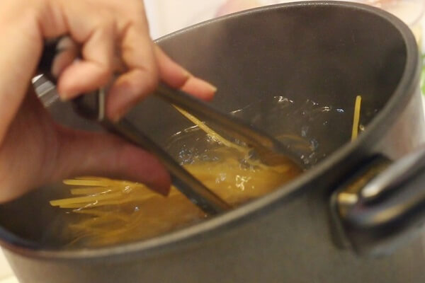 Thả lượng mì vừa đủ ăn vào trong nồi. Mì chín, các bạn vớt ra rá (rổ) để ráo nước.