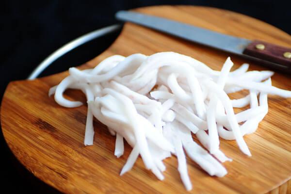 Gọt bỏ đi phần vỏ nâu bên ngoài, cắt dừa thành miếng