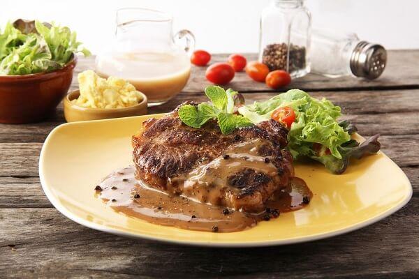 Nước sốt ăn kèm chính là linh hồn của món bò bít tết