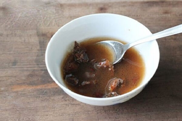Chúng ta lấy me vắt (2 thìa súp) ra cho vào tô nhỏ vừa vặn