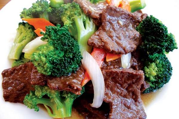 Món súp lơ xào với thịt bò là một món ăn thơm ngon trong mâm cơm vào cuối tuần của cả nhà.