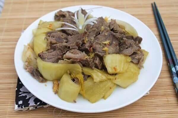 Hoàn thành món thịt bò xào cải chua và bày ra đĩa