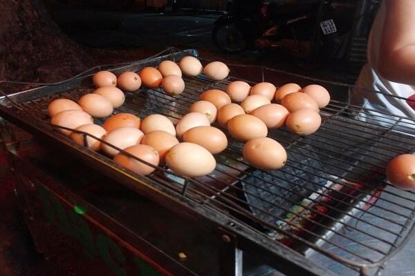 Đem phần trứng ra nướng trên than hồng khoảng 10 phút