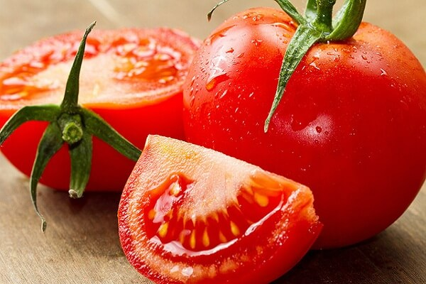 Cà chua: 1 quả thái mỏng