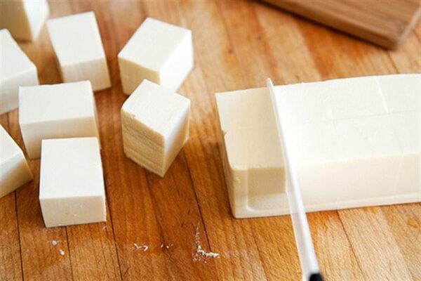 Đậu hủ cắt miếng vuông vừa ăn