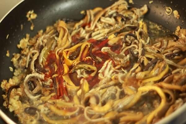 Xào nhẹ tay trong 5 phút để lươn ngấm gia vị