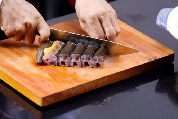 Lươn làm sạch, cắt khúc dài khoảng 10cm