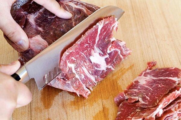 Thịt bò sau khi mua về bạn đem rửa thật sạch, cắt thành miếng