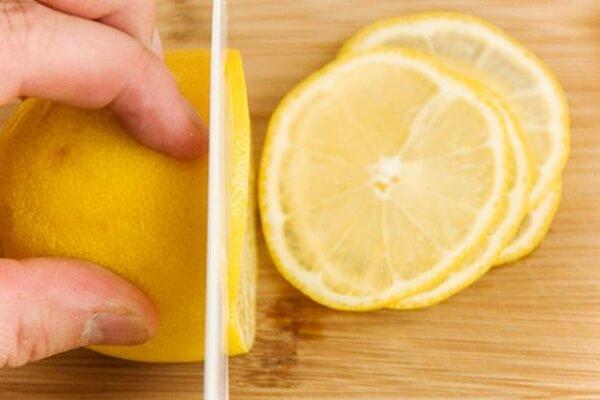 1 trái vắt lấy nước cốt, bỏ hạt, 1 trái cắt lát tròn mỏng