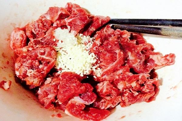 Bạn ướp thịt bò đã được băm với một chút hạt nêm