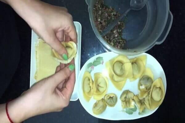 Trải miếng vỏ bánh ra rồi cho nhân vào chính giữa vỏ bánh