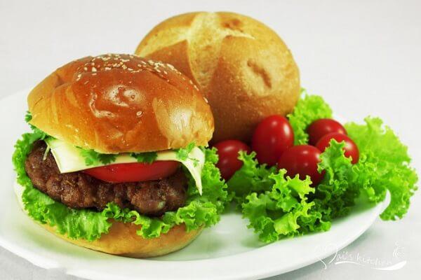 Bánh hamburger là một thức ăn bánh mì kẹp có miếng thịt xay
