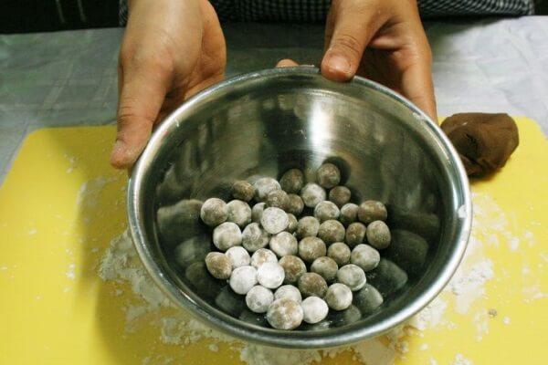 Củ năng các bạn gọt hết vỏ, thái thành hạt lựu nhỏ, trộn qua với bột năng