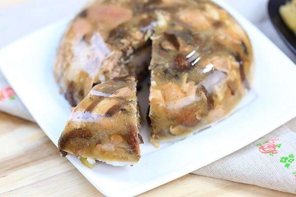 Một món thịt đông ăn kèm với một củ dưa hành