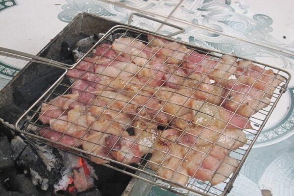 Mang thịt đi nướng với than hồng