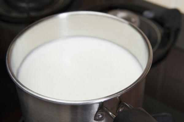 Đổ khoảng 3,8 l sữa vào một chiếc nồi lớn