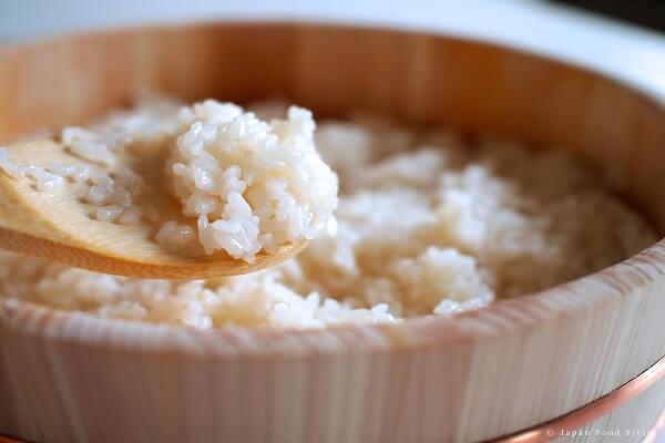 Gạo Nhật các bạn đem vo sạch rồi nấu chín
