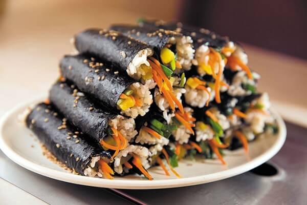 Sushi thì được cuốn bằng rong biển hoặc bằng hải sản