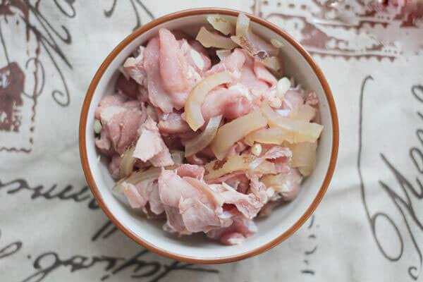 Thịt bê rửa sạch, thái miếng mỏng
