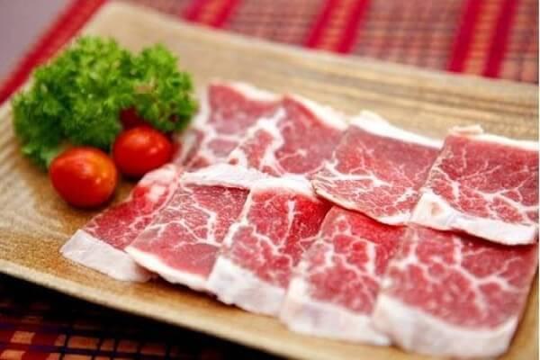 Thịt bò bạn rửa sạch rồi cắt ngang thớ