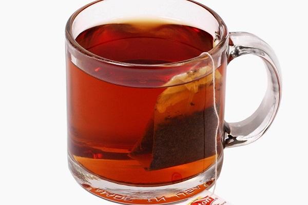 Bạn cho 1 túi trà lipton vào cốc