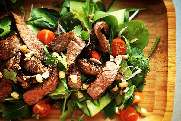 Món salad thịt bò kết hợp từ giấm ăn và rau quả