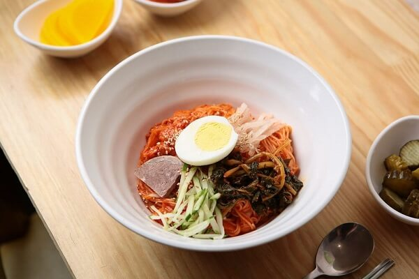 Kimchi Bibim Guksu – Mì trộn kim chi