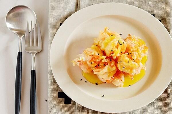 Món tôm sốt bơ cam đẹp mắt