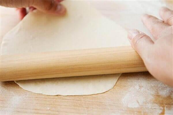 Phần bột trắng bạn dàn mỏng và đều ra một chiếc mâm lớn