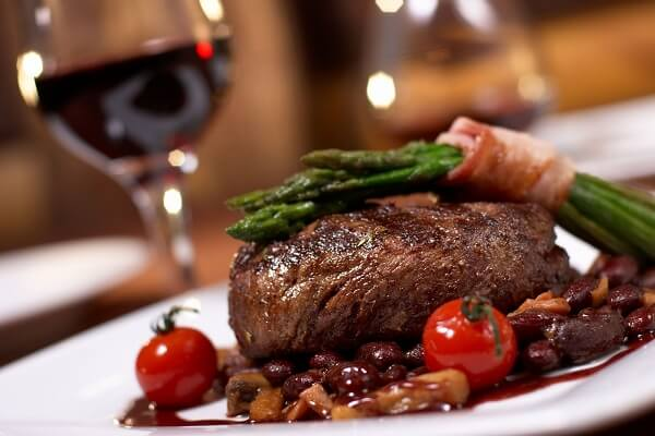 Trải nghiệm hương vị Châu Âu tinh tế với món bò nướng sốt vang đỏ