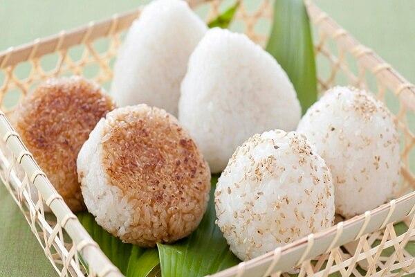 Món ngon Việt với cơm nắm muối vừng (muối mè)
